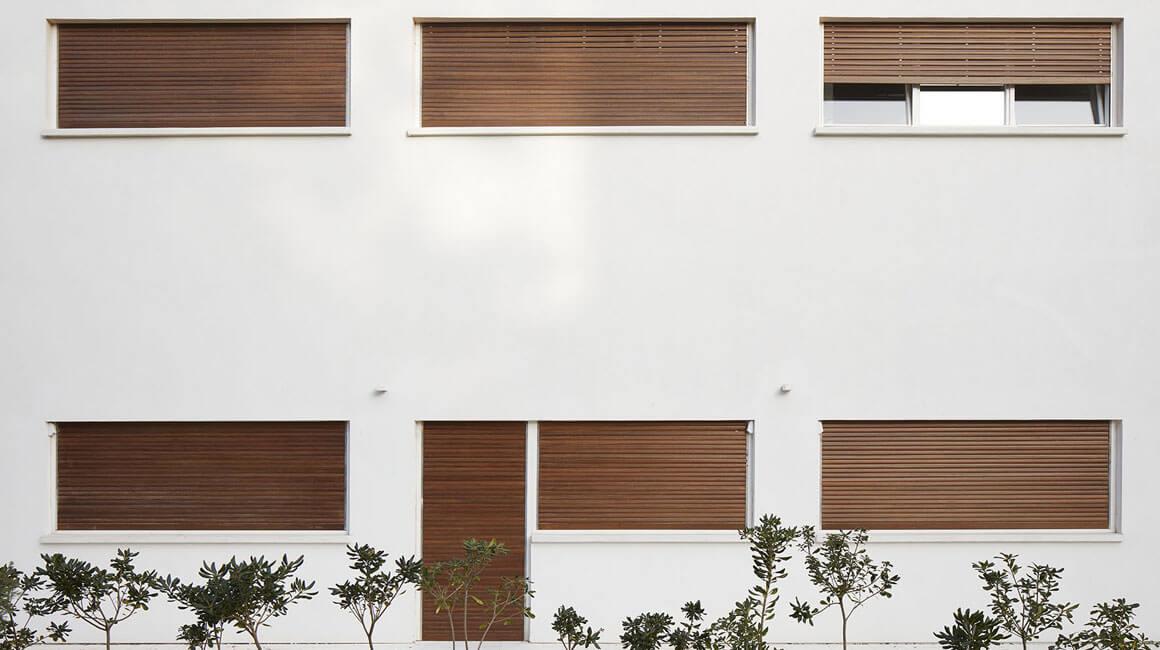 שימור בית חולים אסותא הישן שימור חלונות עץ ודלתות עץ ותריסי גלילה